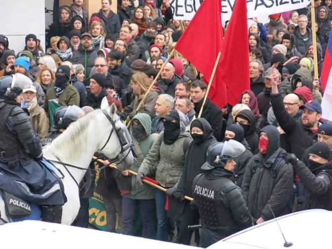V tej množici AntiFa gverile posnete na Kotnikovi ullici v Ljubljani na pro-migrantskem shodu videni Miha Kordiš - Levica in Branimir Štrukelj predednik SVIZ.